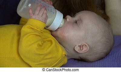 bébé, boisson, bouteille lait