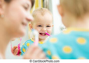 bébé, brossage, mère, enseigne, dents