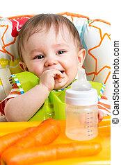 bébé, buvant bouteille, heureux
