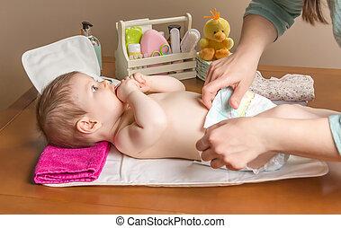 bébé, changer, adorable, couche, mère