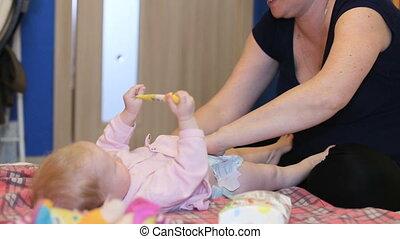 bébé, changer, diaper., mère