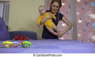 bébé, corps, train, mère