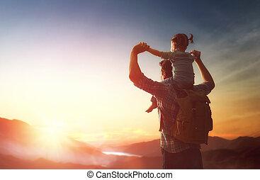 bébé, coucher soleil, père