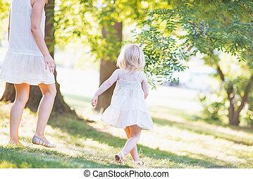 bébé, courant, forêt, mère
