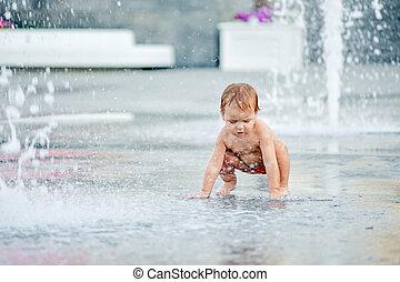 bébé, dans, les, fontaine