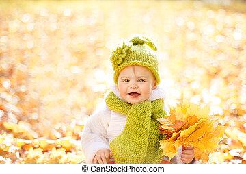 bébé, dehors, automnal, feuilles jaune, automne, gosse, automne, portrait, laine, habillement, enfants, heureux
