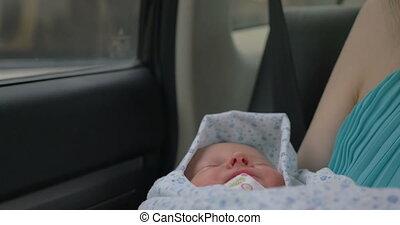 bébé, dormir, bras, tenue, mère