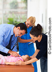 bébé, examiner, docteur médical