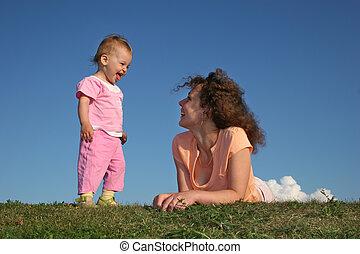bébé, herbe, mère