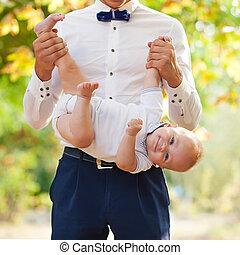 bébé, heureux, jeune, tenue, homme