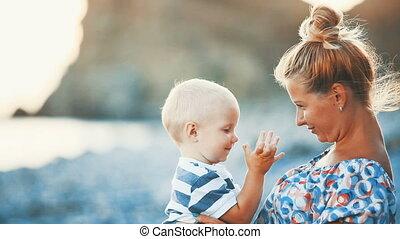 bébé, heureux, plage, elle, mère
