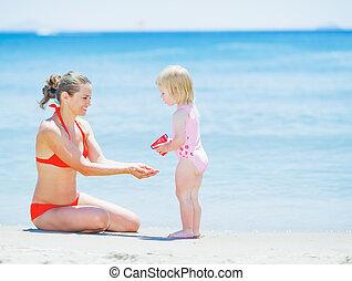 bébé, heureux, plage, jouer, mère