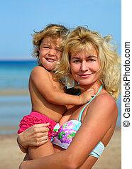 bébé, heureux, plage, mère