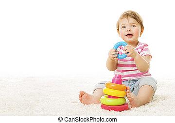 bébé, jouer, jouet, anneaux, nourrisson, enfant, à, coloré, cercle, pyramide, heureux, gosse, sur, moquette, sur, fond blanc