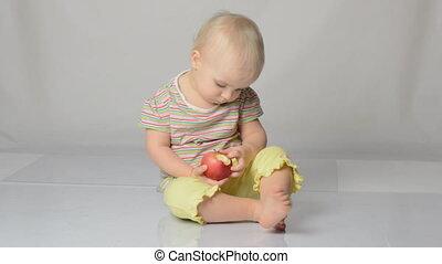 bébé, jouer, pommes
