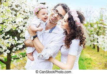 bébé, leur, parents fiers, étreindre