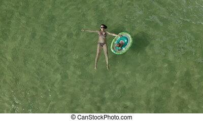 bébé, mère, ocean., flotter, vue, jeune, au-dessus, girl, cercle, peu, natation, ensemble, femme