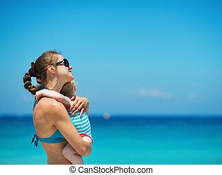 bébé, mère, plage, embrasser