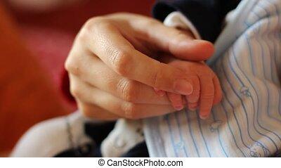 bébé, mère, réconfortant, mains