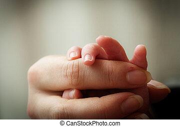 bébé, mère, tenant mains