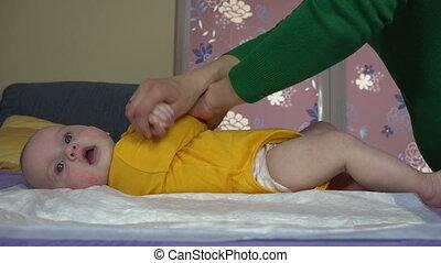 bébé, maman, exercice, mains