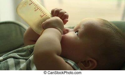 bébé manger, bouteille lait