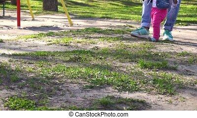 bébé marche, girl, parc, premier