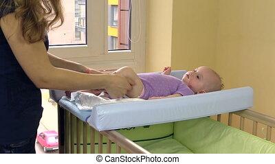 bébé, massage pied, mère