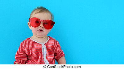 bébé, mignon, lunettes soleil, rouges, enfant