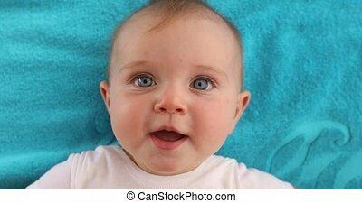 bébé, mignon, serviette, mensonge