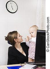 bébé, occupé, elle, mère