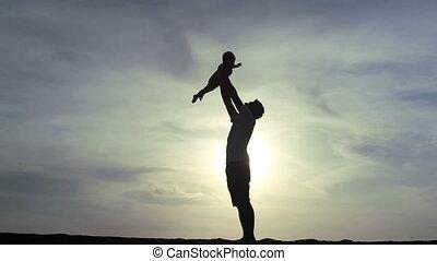 bébé, père, jeux, coucher soleil