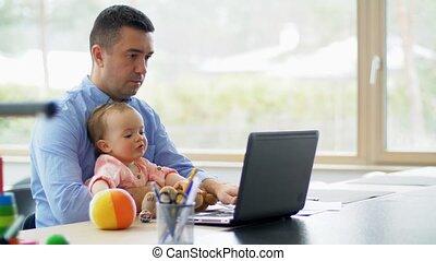 bébé, père travaillant, ordinateur portable, bureau, maison