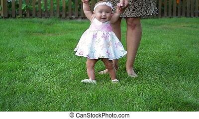 bébé, petite fille, marche