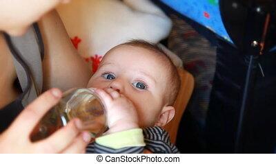 bébé, peu, boire