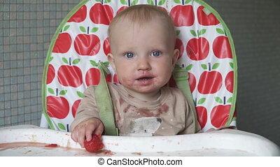 bébé, peu, heureux, visage sale