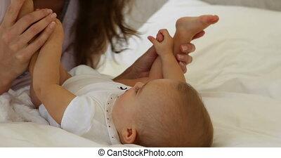 bébé, peu, jouer, elle, mère