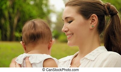 bébé, peu, tenue femme, heureux