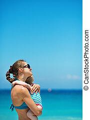 bébé, plage, étreindre, mère