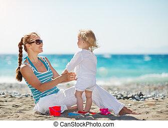 bébé, plage, jouer, mère