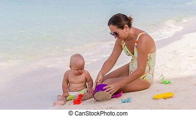 bébé, plage, mère