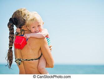 bébé, plage, mer, étreindre, mère