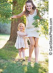 bébé, portrait, heureux, arbre, mère