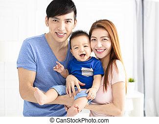 bébé, portrait, jeune famille, heureux