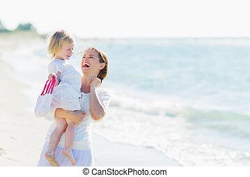 bébé, portrait, sourire, plage, mère