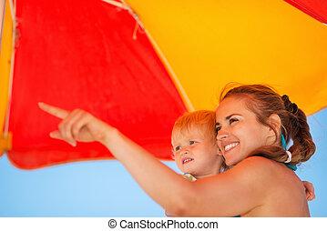 bébé, projection, plage, quelque chose, mère