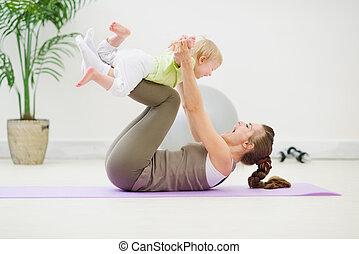 bébé sain, gymnastique, confection, mère