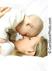bébé, sofa, heureux, elle, mère