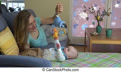 bébé, sofa, jeu, mère