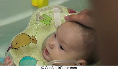 bébé, tête, lavage, maman